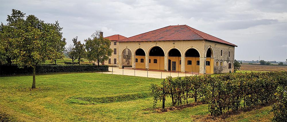 """Abbazia di Santa Maria di Pero - Ninni Riva. La """"CASARIA"""", edificio rustico immerso nel verde e nei vigneti che circondano l'Abbazia: è uno spazio ideale per piccole cerimonie ed eventi esclusivi ed intimi in totale privacy (n. 100 posti)."""
