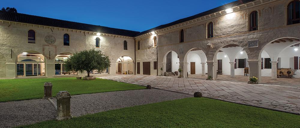 Abbazia di Santa Maria di Pero - Ninni Riva a Monastier di Treviso, vista serale del Chiostro della Meridiana.