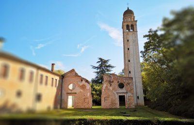 Antichi resti dell'Abbazia Benedettina di Santa Maria di Pero (fondazione risalente al 958 d.c.) nata lungo le rive del Pero, antico nome del fiume Meolo, con adiacente il porto fluviale (di origine romana) ad uso esclusivo della proprietà Ninni Riva.