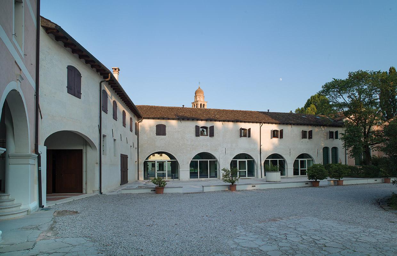 Corte del Pozzo, vista verso le vetrate del Salone del Consiglio, direzione Est.