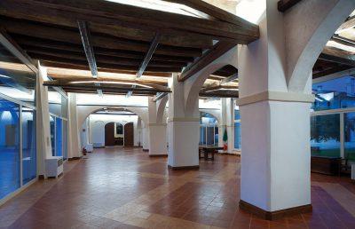 Salone del Consiglio, vetrata su 2 lati (viste sul Chiostro e sul Giardino).