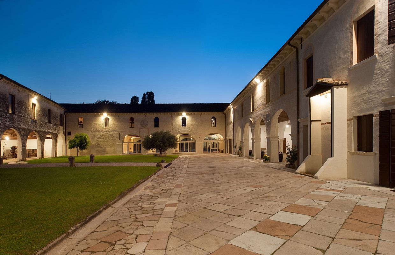 Vista serale dell'antico Chiostro della Meridiana (n. 200 p.). Abbazia di Santa Maria di Pero - Ninni Riva.