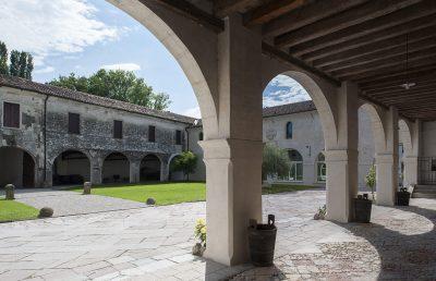 Vista del portico del Pellegrino (n° 110 p.). Abbazia di Santa Maria di Pero - Ninni Riva.